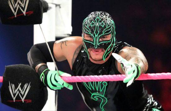 Rey mysterio extendiendo la mano en el ring