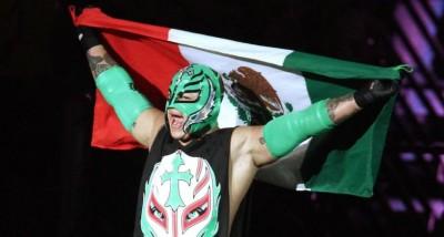 rey mysterio con la bandera de mexico
